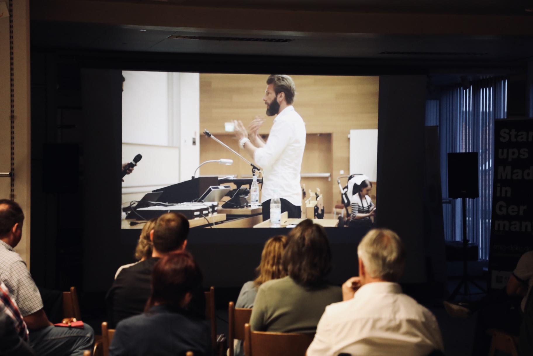 """Gäste verfolgen den durchaus provokanten Film zur Gründerszene in Deutschland """"Startups Made in Germany"""" (Foto: Michael Kornecki)"""